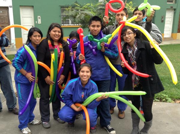 senales-students-balloons